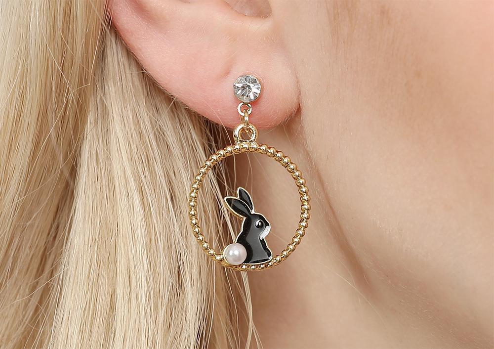 模特兒配戴展示:甜美黑白小兔造型,質感合金打造,活力可愛,免穿耳洞的黏貼式設計,免除配戴耳夾/耳針的不適感,讓妳美美打扮輕鬆外出。