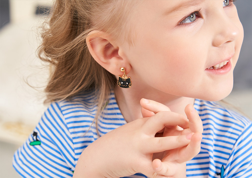 模特兒配戴展示:貓奴愛不釋手,可愛小貓咪大頭造型,質感和金打造,創新的黏貼式耳環,不必擔心長時間配戴耳夾的不舒服感。
