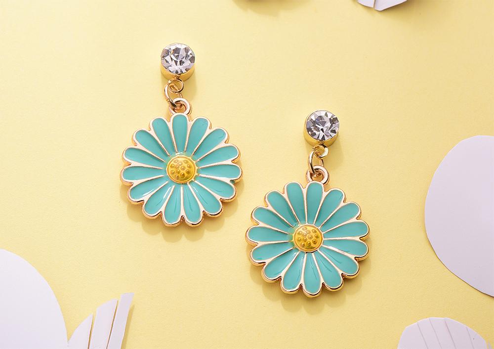 優雅清新菊花 黏式耳環,桌上展示。