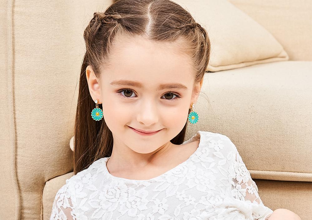 模特兒配戴展示:清新可愛,優雅菊花花朵造型,氣質時尚,創新無耳洞黏耳環設計,採用醫療級用膠,減少皮膚的負擔,也免除長時間配戴耳夾/夾式耳環的不舒適感。