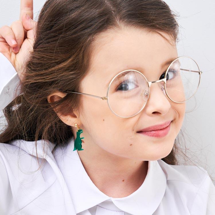 模特兒配戴展示:超搞怪可愛萌寵恐龍,壓克力打造,輕巧堅固,創新無耳洞黏貼式耳環設計,採用醫療級用膠,減少皮膚的負擔,也免除長時間配戴耳夾/夾式耳環的不舒適感。