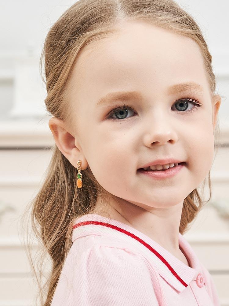 模特兒配戴展示:清新可愛,熱帶水果鳳梨造型,滿滿夏日風情,創新無耳洞黏耳環設計,採用醫療級用膠,減少皮膚的負擔,也免除長時間配戴耳夾/夾式耳環的不舒適感。