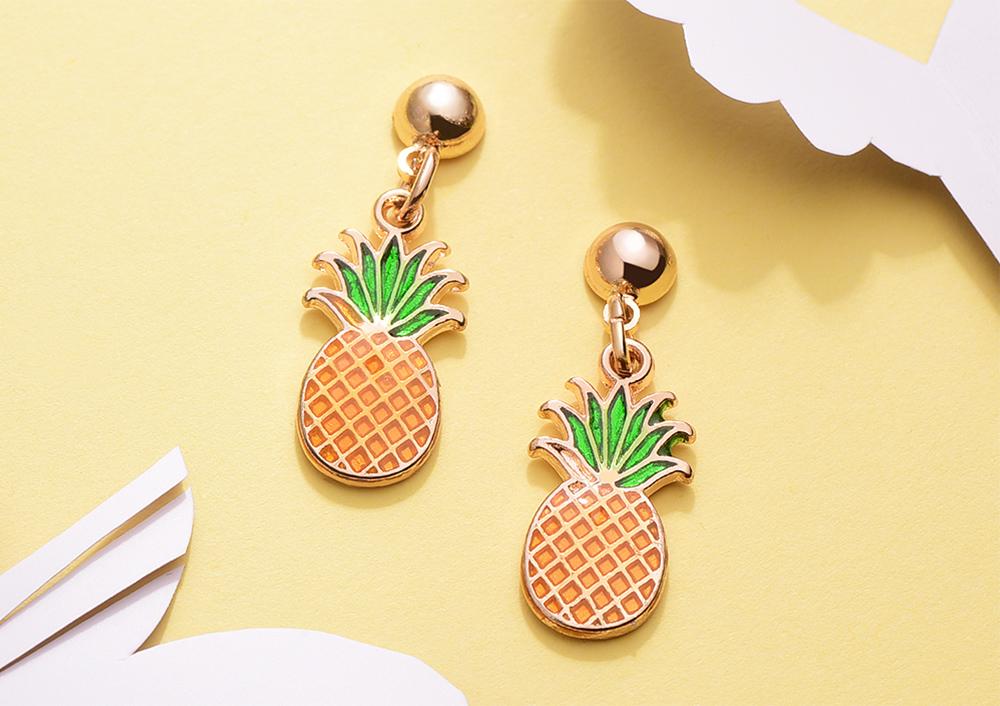 熱帶清新水果鳳梨 黏式耳環,桌上展示。