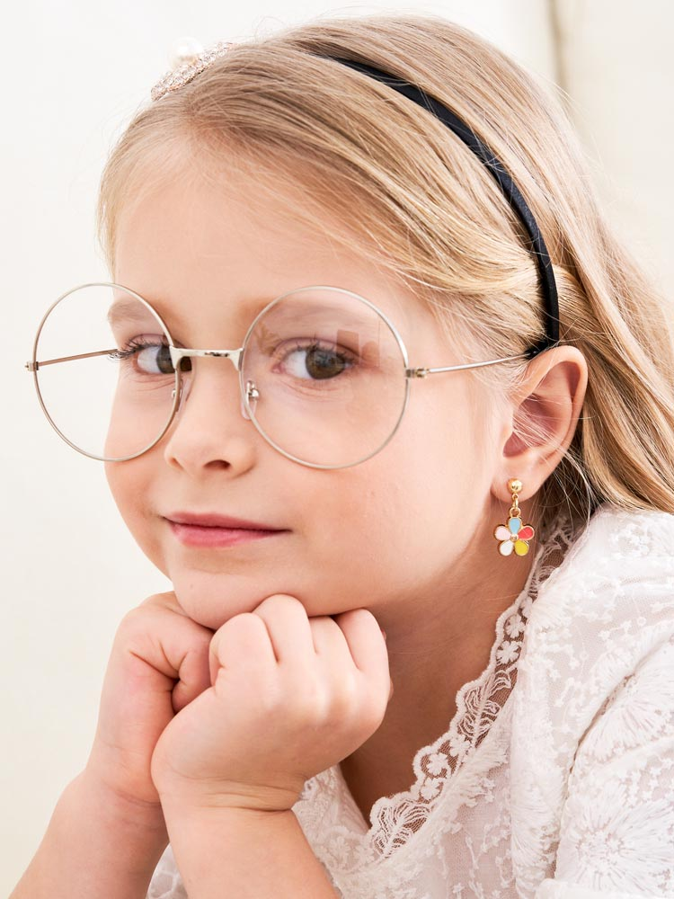 模特兒配戴展示:五彩繽紛的花瓣讓您感受春天的氣息,免穿耳洞的黏貼式設計,免除配戴耳夾/耳針的不適感,讓妳美美打扮輕鬆外出。