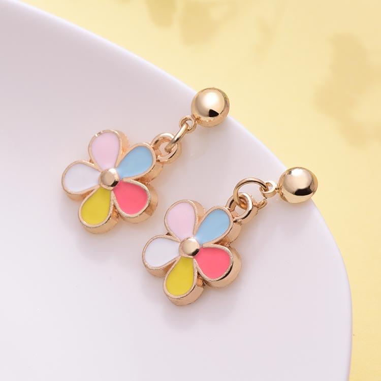 童趣五彩花朵黏式耳環,桌上展示。