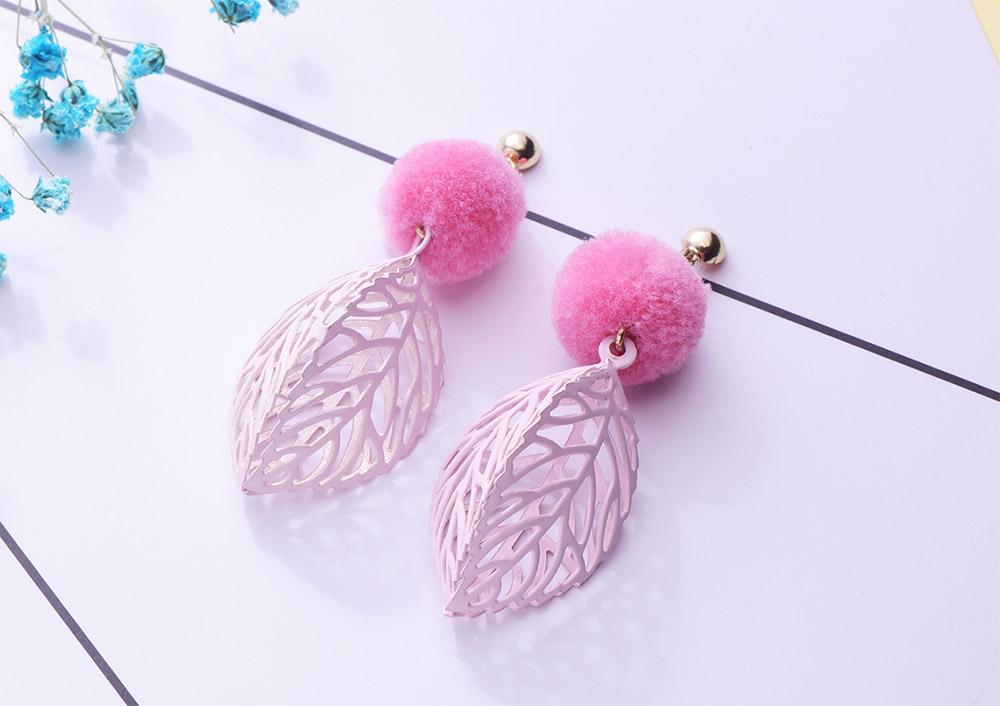 韓版甜美毛球鏤空樹葉 耳針/黏式耳環,桌上展示。