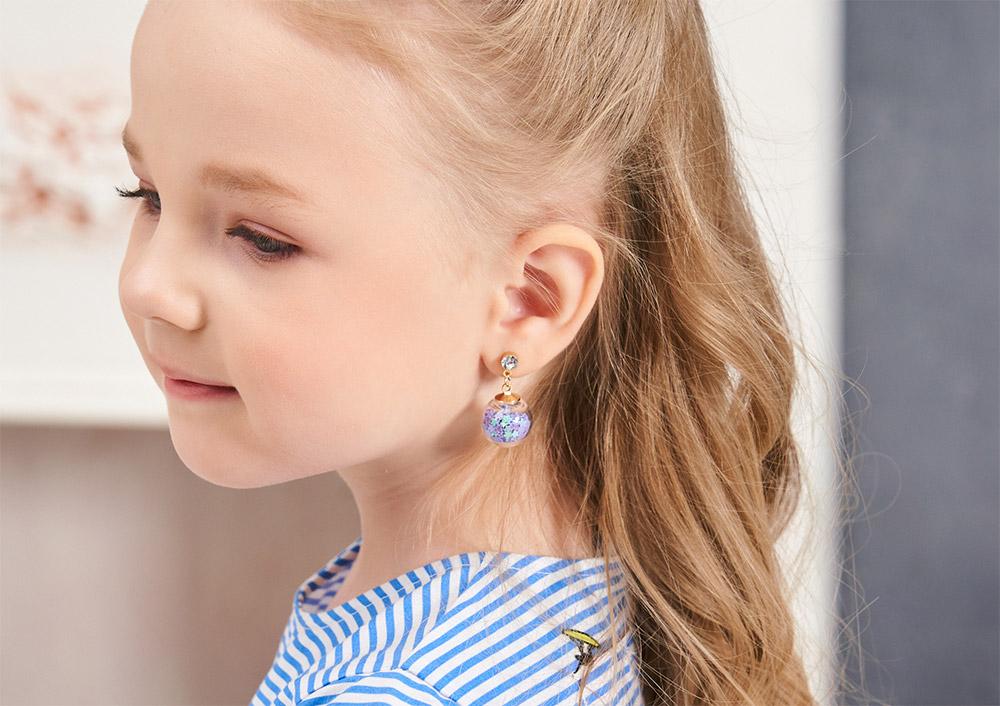 模特兒配戴展示:閃亮耀眼的亮片存放在在透明的玻璃球裡,光線的照耀下,讓亮片一閃一閃的,創新的黏貼式耳環,不必擔心長時間配戴耳夾的不舒服感。