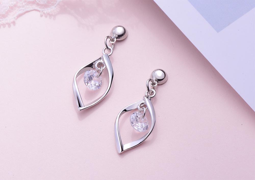 韓系簡約扭轉金屬鑲鑽 耳針/黏式耳環,桌上展示。