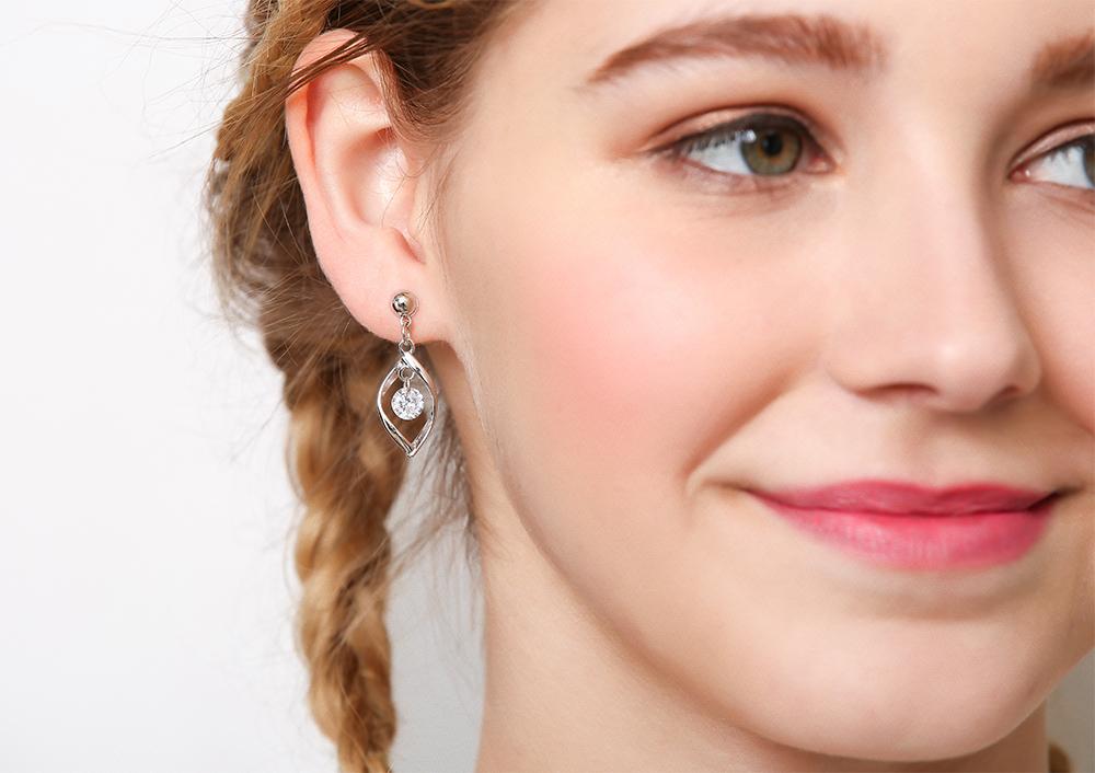 模特兒配戴展示:簍空扭轉合金造型,耀眼水鑽鑲嵌,簡單卻不失時尚,無耳洞黏貼式設計讓您輕鬆展現充滿迷人風采的自己,免除長時間配戴耳夾/夾式耳環的不舒適感。