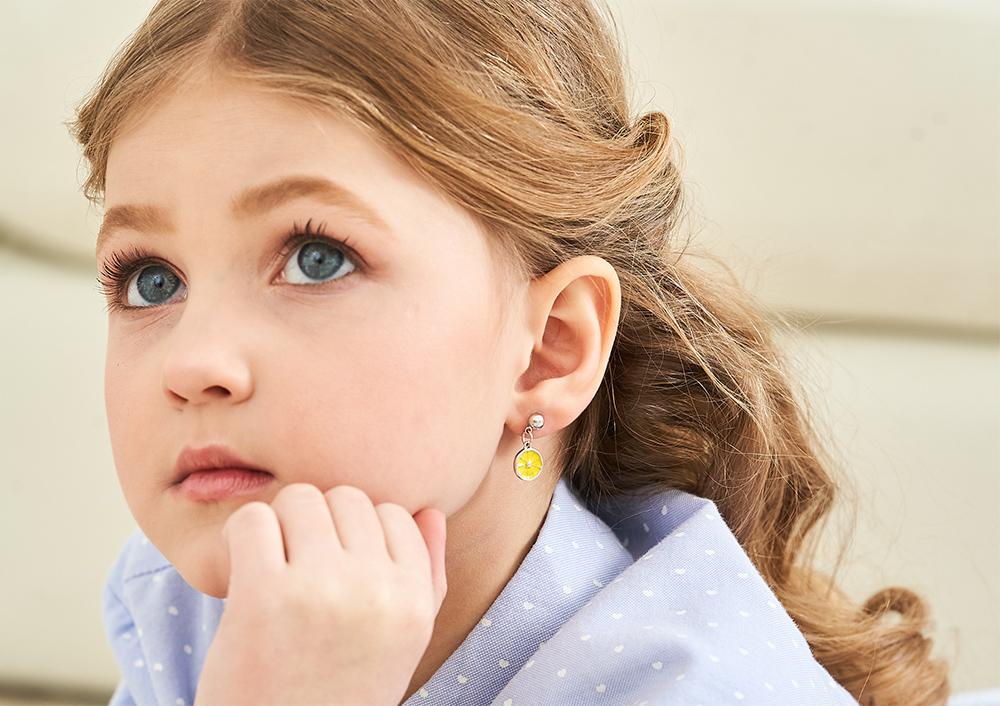 模特兒配戴展示:清新可愛,亮黃色檸檬造型設計,甜美時尚,創新無耳洞黏耳環設計,採用醫療級用膠,減少皮膚的負擔,也免除長時間配戴耳夾/夾式耳環的不舒適感。