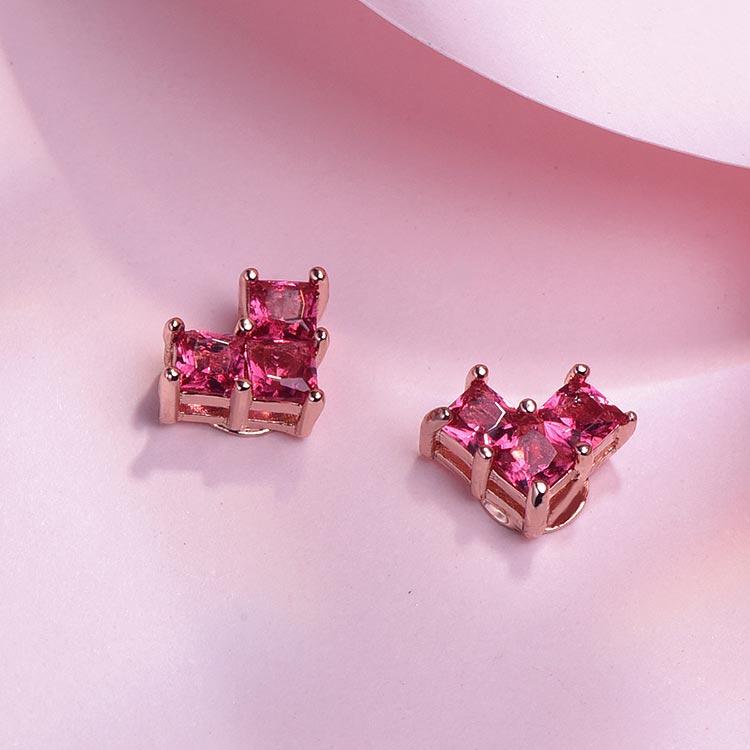 迷你甜美少女愛心 黏式耳環,桌上展示。