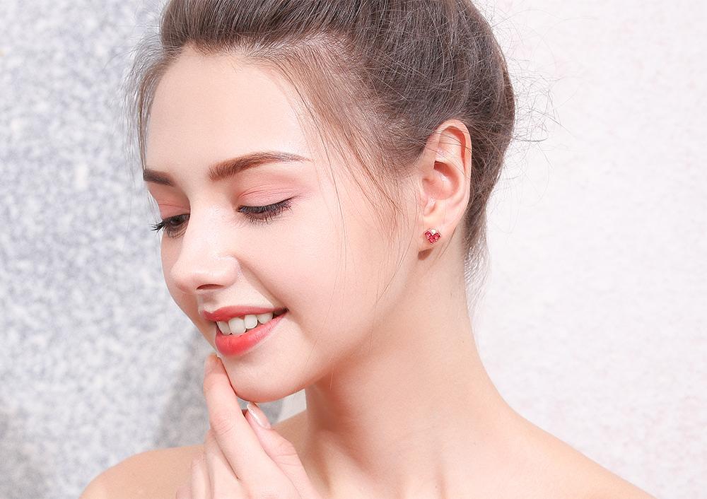 模特兒配戴展示:迷你小巧,由菱形組合的愛心造型,充滿著粉紅少女心,無耳洞黏貼式設計,讓您輕鬆打扮無負擔,免除長時間配戴耳夾/夾式耳環的不舒適感。