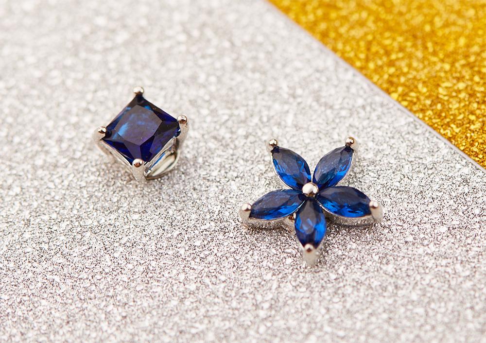 韓版不對稱方鑽花瓣 黏式耳環,桌上展示。