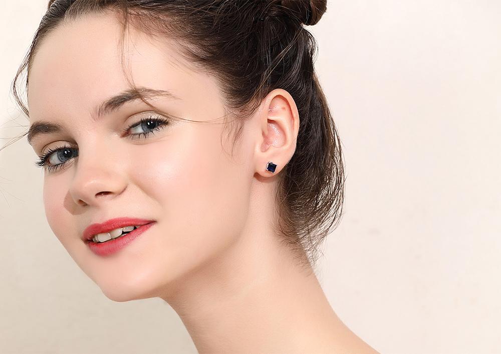 模特兒配戴展示:不對稱時尚設計,立體方鑽搭配立體花朵,藍色配色更顯得優雅氣質,輕鬆零負擔的創新黏貼式耳環設計,絕對是您的最佳首選。不用穿耳洞也可以免除長時間配戴耳夾/夾式耳環的不舒適感。