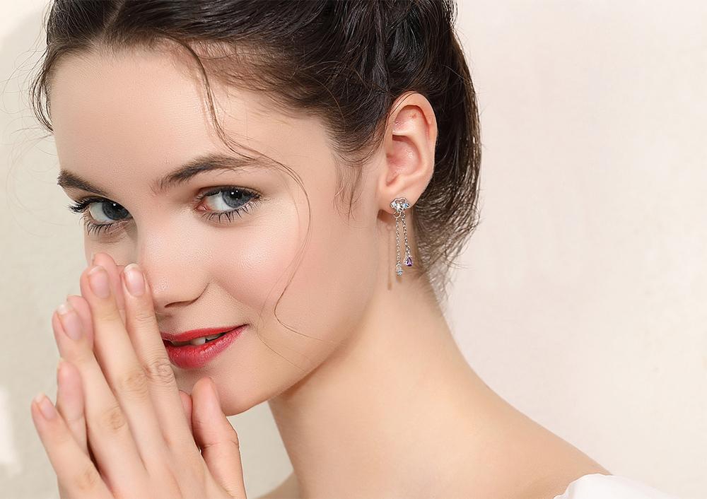 模特兒配戴展示:簍空設計,雲朵造型,多彩水鑽鑲嵌,可愛又時尚,免穿耳洞的黏貼式設計,免除配戴耳夾/耳針的不適感,讓妳美美打扮輕鬆外出。