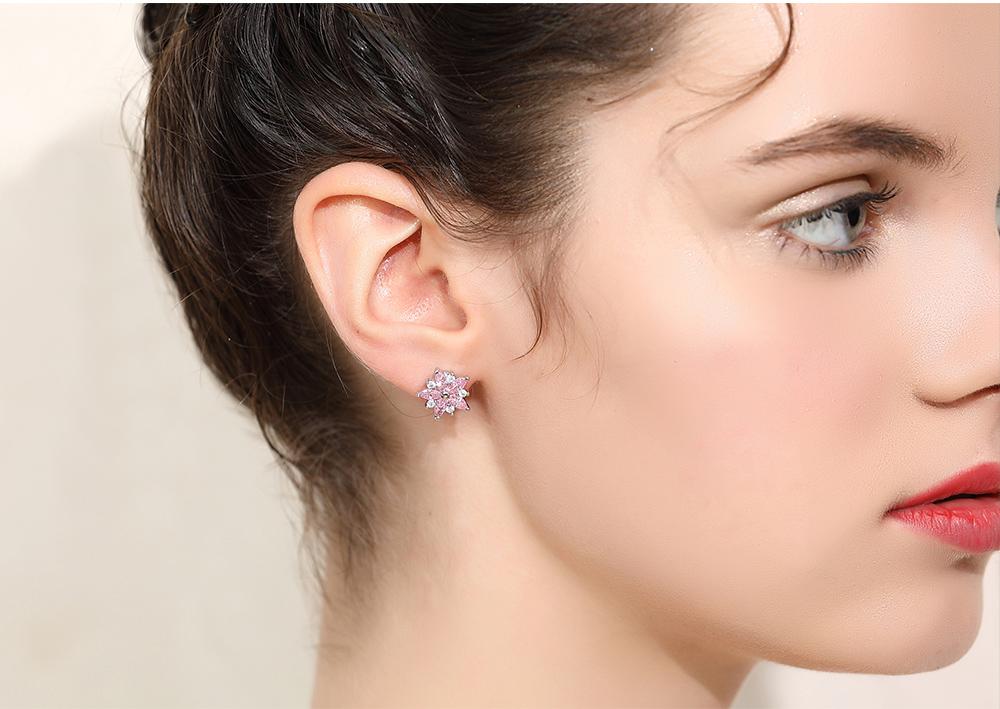 模特兒配戴展示:甜美粉嫩櫻花造型,閃耀水鑽鑲嵌,優雅迷人,創新無耳洞黏貼式耳環設計,採用醫療級用膠,減少皮膚的負擔,也免除長時間配戴耳夾/夾式耳環的不舒適感。