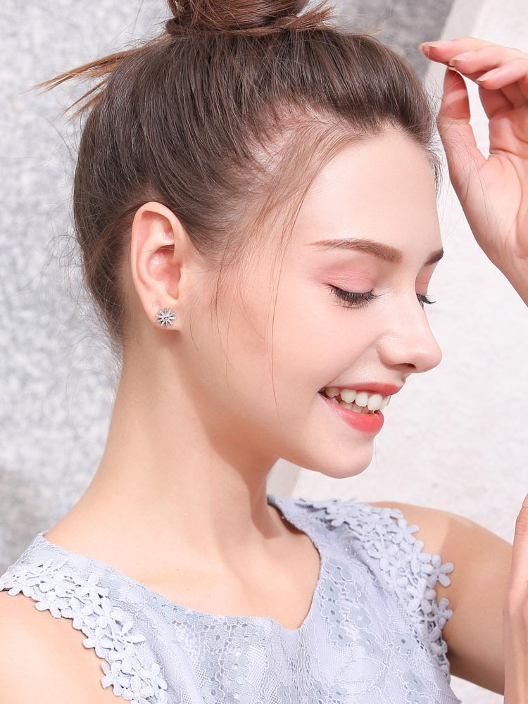 模特兒配戴展示:韓版新潮款式,簡約質感合金打造出太陽造型,耀眼水鑽點綴,迷人有氣質,創新黏貼式耳環設計,不用穿耳洞也可以免除長時間配戴耳夾/夾式耳環的不舒服感,真的讓您輕鬆美麗無負擔。