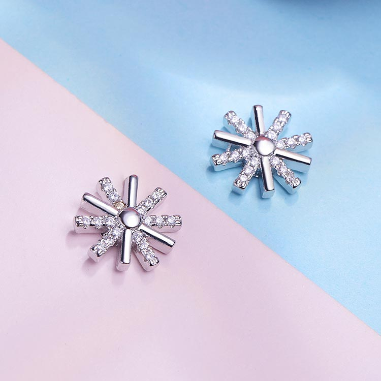 韓版簡約太陽鑲鑽 黏式耳環,桌上展示。
