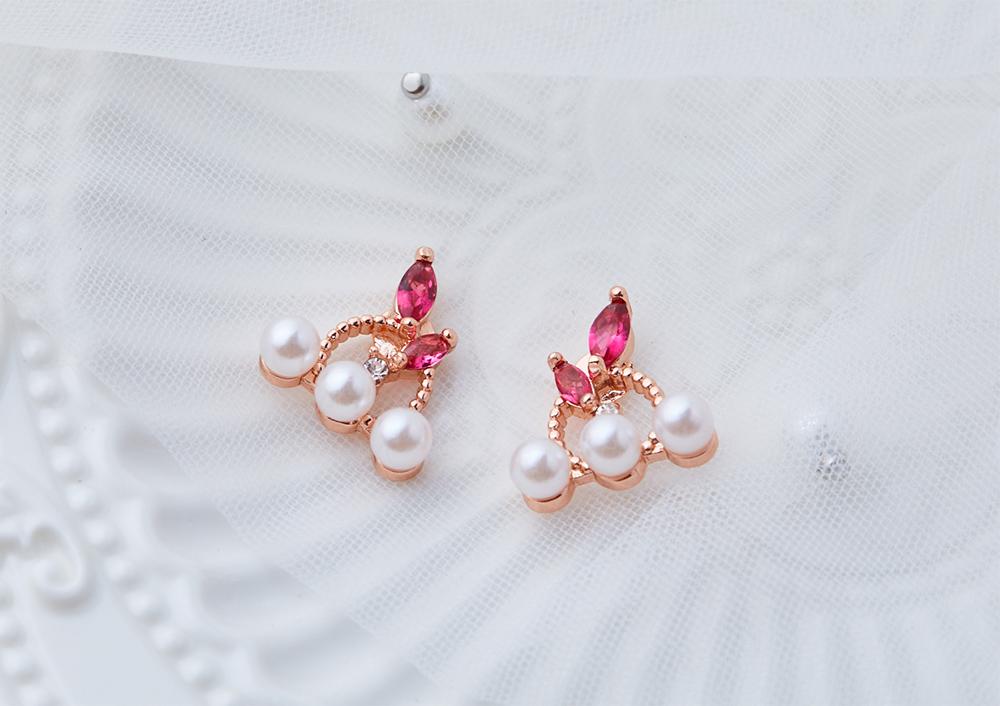 優雅氣質珍珠圓環鑲鑽 黏式耳環,桌上展示。