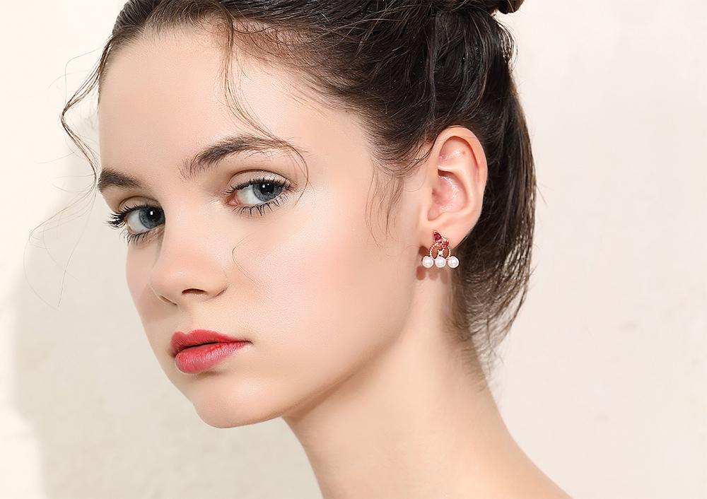 模特兒配戴展示:優雅卻帶點個性感,簍空合金圓環搭配粉嫩水滴型水鑽,潔白珍珠點綴,氣質迷人,新式無耳洞黏貼式設計,免除長時間配戴耳夾/夾式耳環的不舒適感,讓您輕鬆展現充滿自信的自己。
