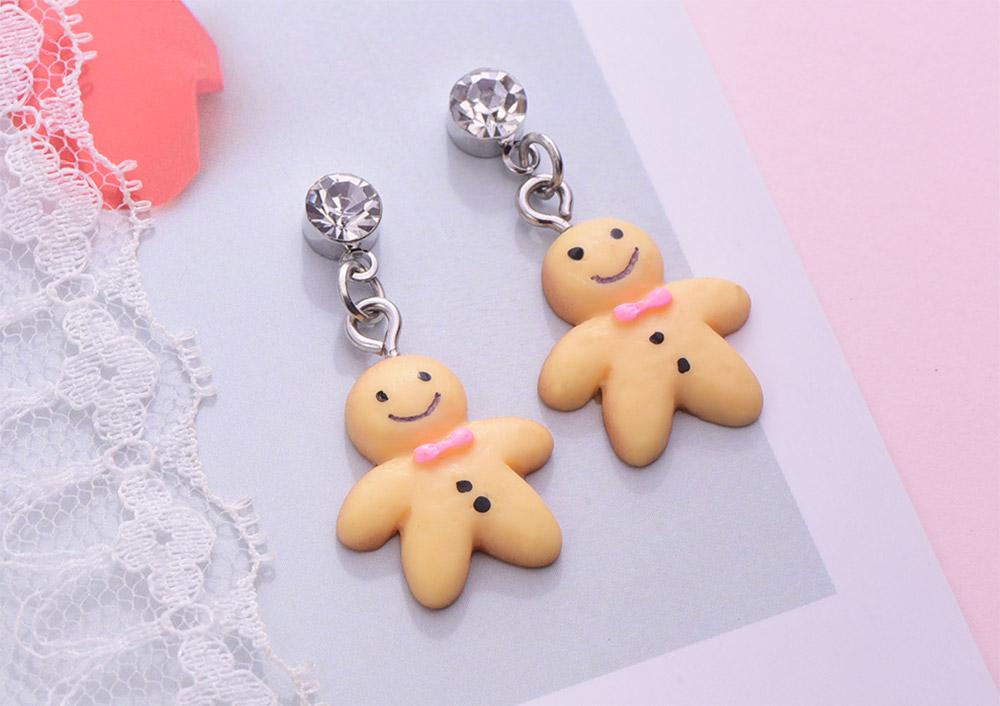 甜甜薑餅人黏式耳環,桌上展示。