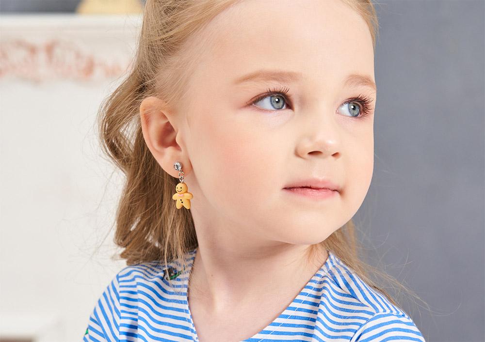 模特兒配戴展示:亮眼色調,甜甜可愛薑餅人造型,輕巧樹脂材質打造,創新無耳洞黏貼式耳環設計,採用醫療級用膠,減少皮膚的負擔,也免除長時間配戴耳夾/夾式耳環的不舒適感。