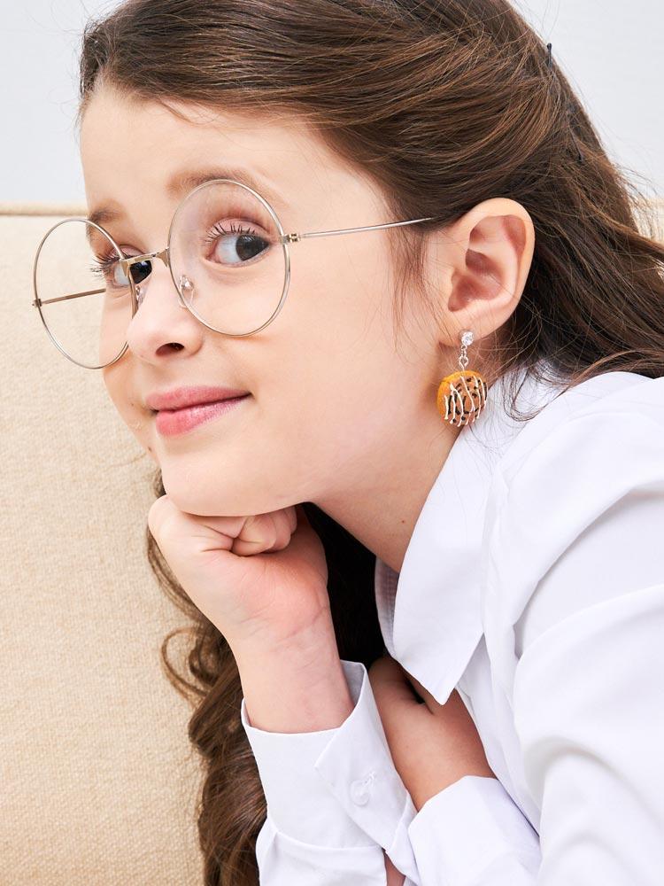 模特兒配戴展示:甜滋滋的奶油麵包,可愛甜蜜,創新無耳洞黏耳環設計,採用醫療級用膠,減少皮膚的負擔,也免除長時間配戴耳夾/夾式耳環的不舒適感。