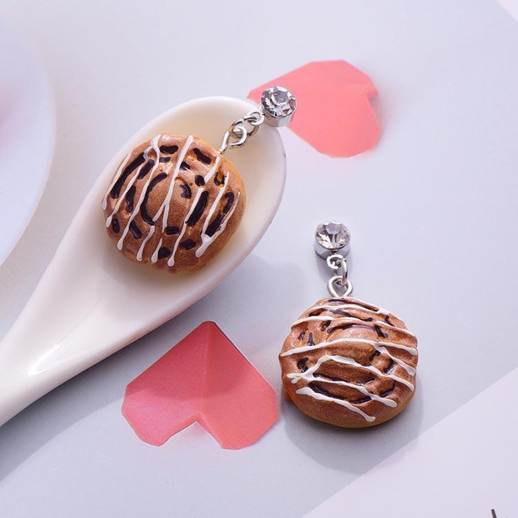 甜膩奶油麵包 黏式耳環,桌上展示。