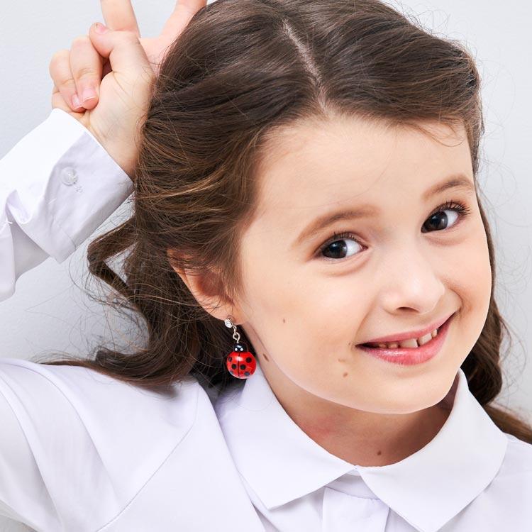 模特兒配戴展示:樹脂打造瓢蟲造型,充滿活力可愛氣息,無耳洞黏貼式設計輕鬆使用無負擔,免除長時間配戴耳夾/夾式耳環的不舒適感。
