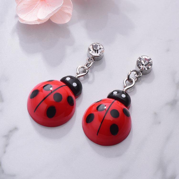 活力可愛瓢蟲 黏式耳環,桌上展示。