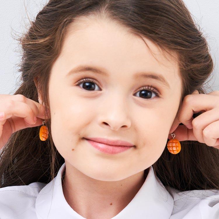 模特兒配戴展示:仿真菠蘿麵包,質感樹脂打造,讓人真想咬一口,創新無耳洞黏耳環設計,採用醫療級用膠,減少皮膚的負擔,也免除長時間配戴耳夾/夾式耳環的不舒適感。
