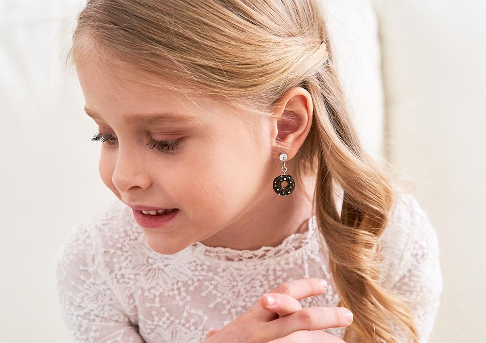 模特兒配戴展示:甜滋滋巧克力甜甜圈,繽紛巧克力豆點綴,可愛甜蜜,創新無耳洞黏耳環設計,採用醫療級用膠,減少皮膚的負擔,也免除長時間配戴耳夾/夾式耳環的不舒適感。