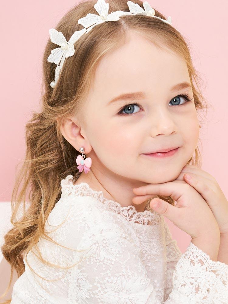 模特兒配戴展示:粉嫩甜美色系蝴蝶結,樹脂打造,輕盈小巧,創新無耳洞黏貼式耳環設計,採用醫療級用膠,減少皮膚的負擔,也免除長時間配戴耳夾/夾式耳環的不舒適感。