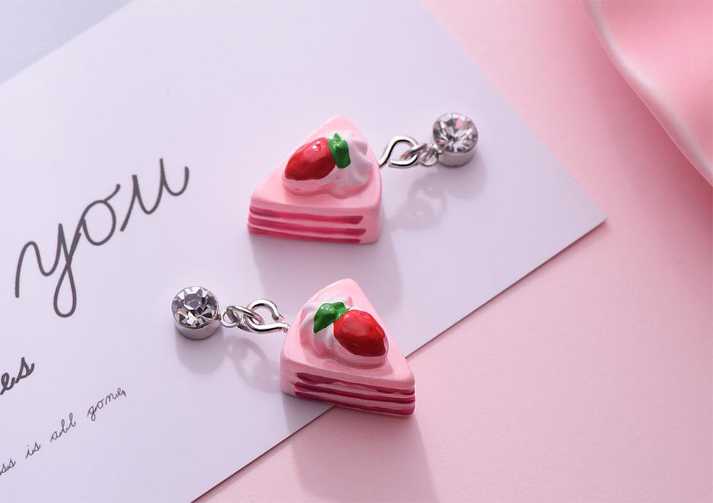 粉嫩草莓奶油蛋糕 黏式耳環,桌上展示。
