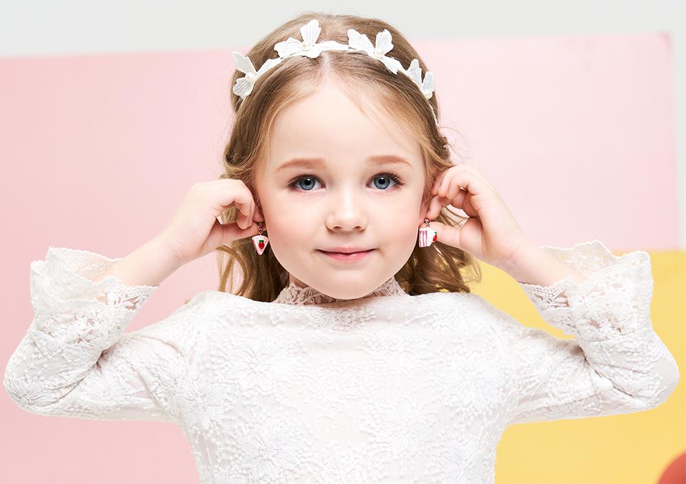 模特兒配戴展示:粉嫩仿真奶油蛋糕,甜蜜草莓裝飾,可愛立體三角造型,創新無耳洞黏耳環設計,採用醫療級用膠,減少皮膚的負擔,也免除長時間配戴耳夾/夾式耳環的不舒適感。