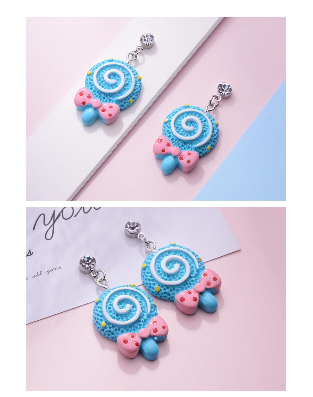 甜蜜蝴蝶結棒棒糖黏式耳環,桌上展示。