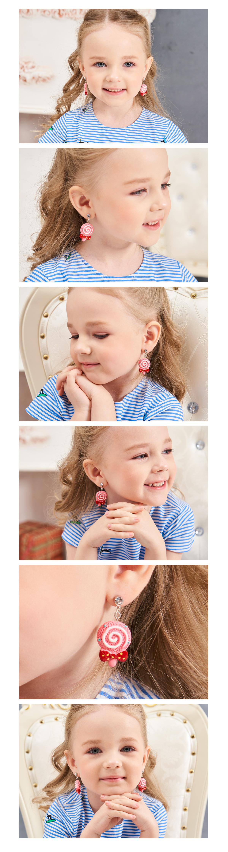 模特兒配戴展示:甜蜜棒棒糖造型,充滿童趣與少女情懷,精巧蝴蝶結更增添粉嫩色彩,無耳洞黏貼式設計輕鬆使用無負擔,免除長時間配戴耳夾/夾式耳環的不舒適感。