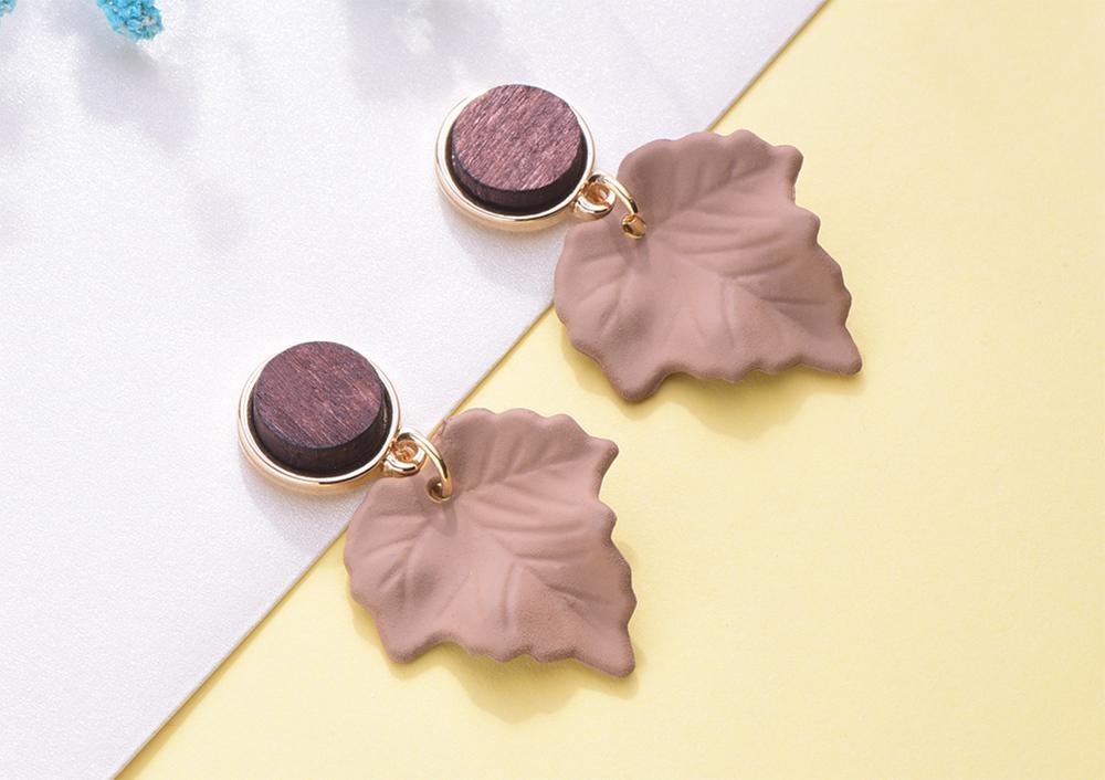 復古典雅楓葉 耳針/黏式耳環,桌上展示。