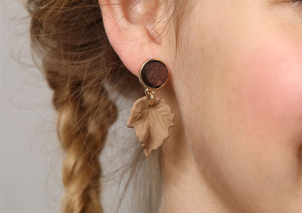 模特兒配戴展示:復古款式,濃濃典雅韻味的楓葉設計,時尚百搭,創新無耳洞黏貼式耳環設計,採用醫療級用膠,減少皮膚的負擔,也免除長時間配戴耳夾/夾式耳環的不舒適感。