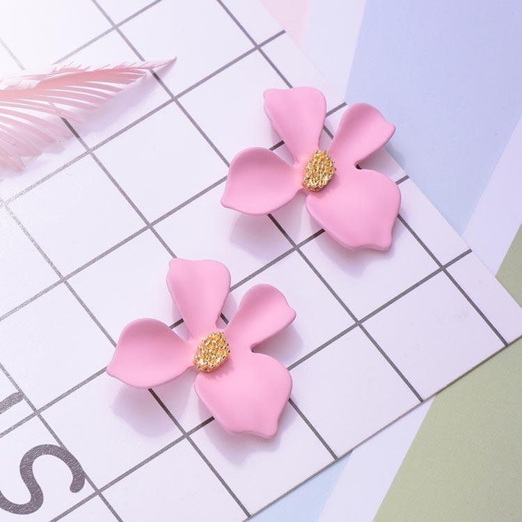 粉嫩少女心優雅花瓣 黏式耳環,桌上展示。