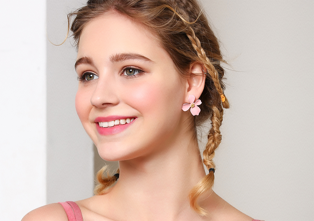 模特兒配戴展示:甜美迷人粉嫩色調,優雅氣質花瓣,充滿著滿滿少女心,創新的黏貼式耳環,不必擔心長時間配戴耳夾的不舒服感。