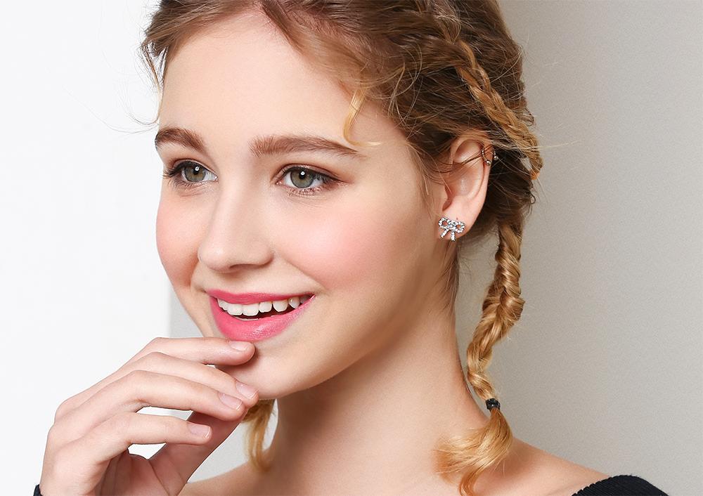 模特兒配戴展示:別緻時尚的蝴蝶結設計,質感金色合金打造,耀眼滿鑽鑲嵌,創新無耳洞黏貼式設計,免除長時間配戴耳夾/夾式耳環的不舒適感,讓您美的無負擔。