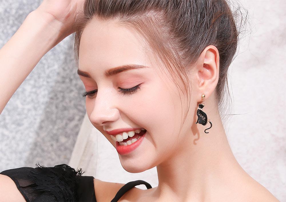 模特兒配戴展示:質感合金打造,潔白珍珠點綴,舞動貓尾巴設計,可愛萌趣,創新的貼式耳環設計讓您貼著就走。不用穿耳洞也可以免除長時間配戴耳夾/夾式耳環的不舒適感。