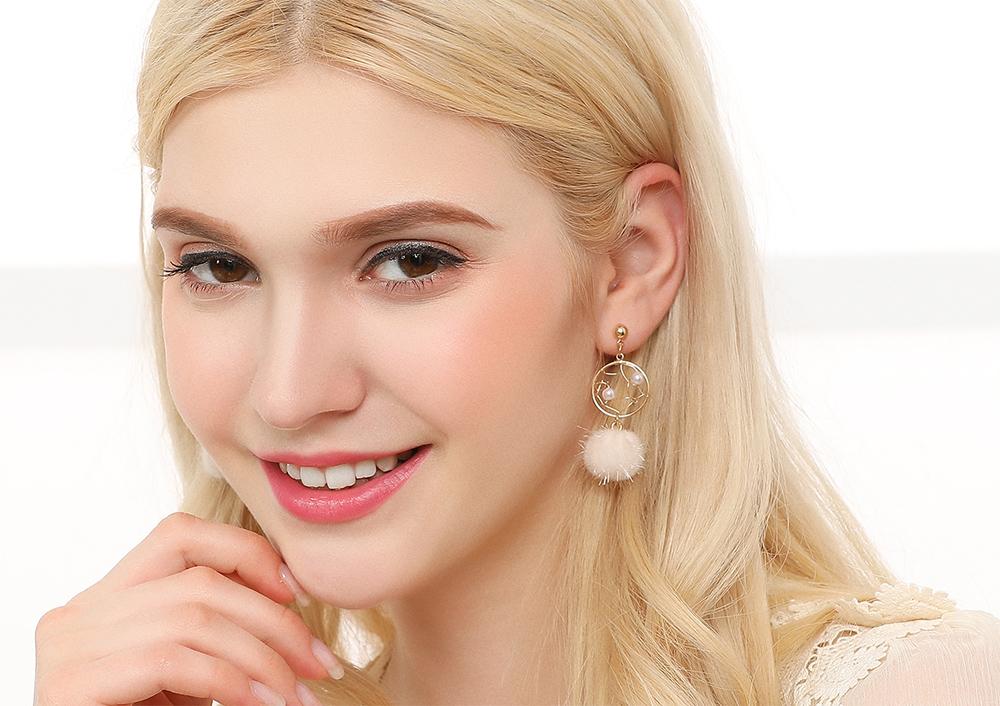 模特兒配戴展示:簍空特殊設計,捕夢網造型,珍珠毛球點綴,氣質甜美,,輕鬆無負擔的創新黏貼式耳環,不用穿耳洞也可以免除長時間配戴耳夾/夾式耳環的不舒服感。