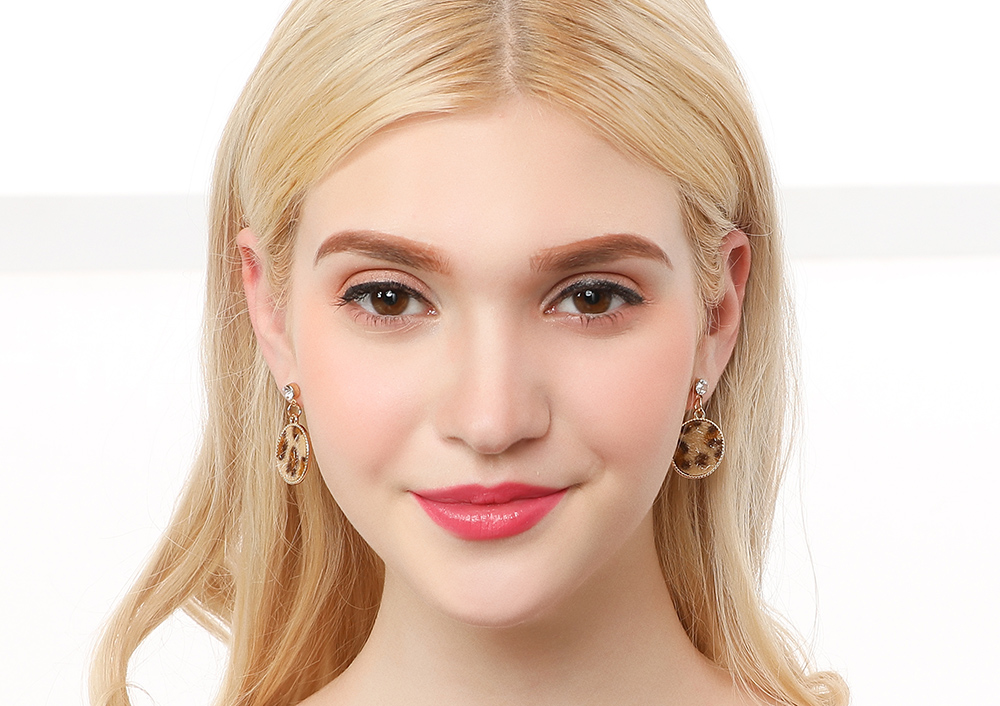 模特兒配戴展示:簡約幾何造型,搭配新潮時尚豹紋,吸睛亮眼,創新無耳洞黏貼式耳環設計,採用醫療級用膠,減少皮膚的負擔,也免除長時間配戴耳夾/夾式耳環的不舒適感。