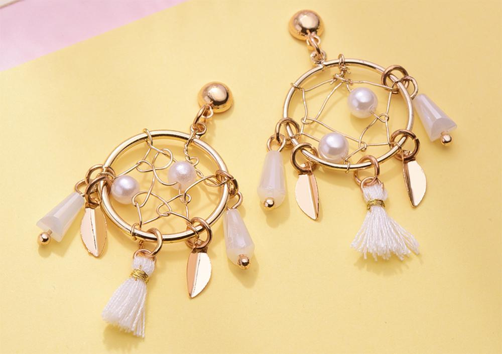 金屬圓圈捕夢網流蘇黏式耳環,桌上展示。