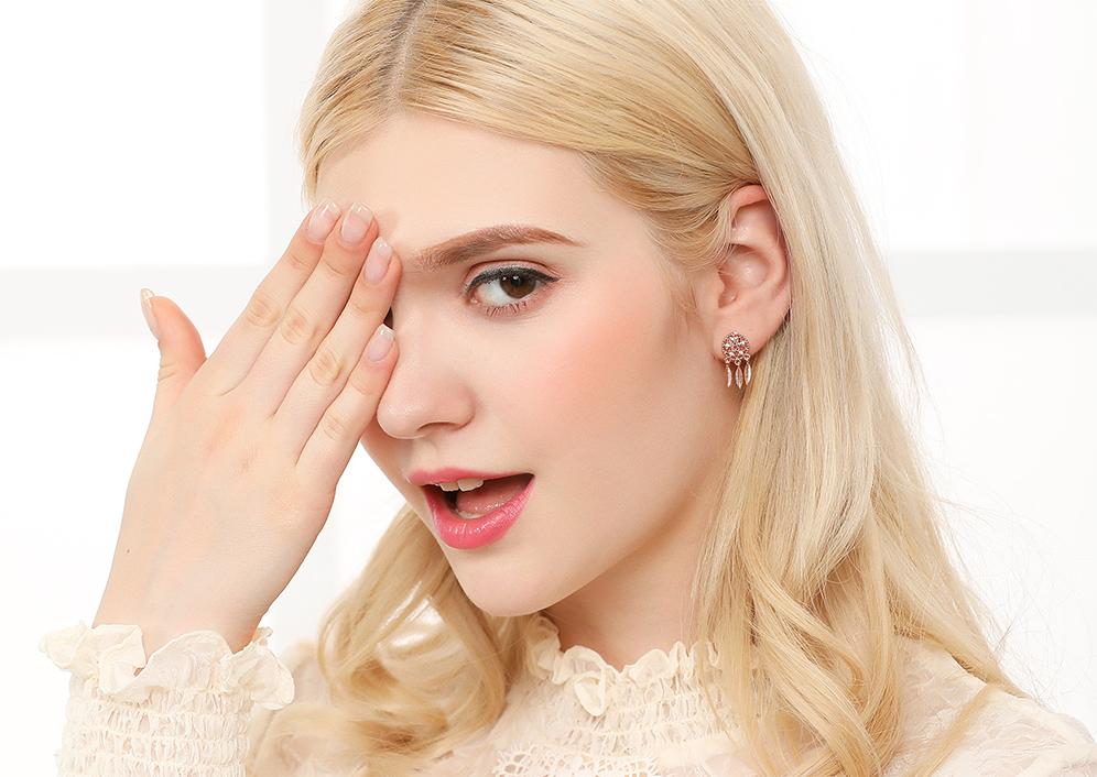 模特兒配戴展示:星形圖騰、捕夢網造型,質感合金製作,耀眼水鑽鑲嵌,神秘時尚,創新的貼式耳環設計讓您貼著就走,不用穿耳洞也可以免除長時間配戴耳夾/夾式耳環的不舒適感。
