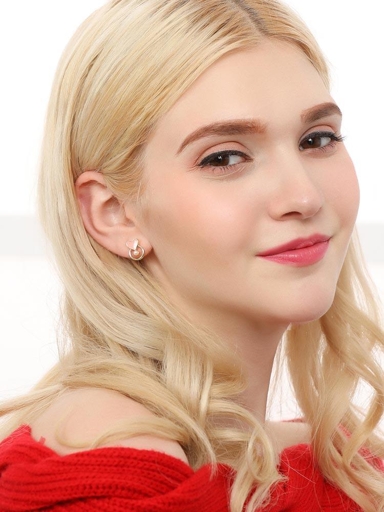 模特兒配戴展示: 韓系簍空愛心珍珠 無耳洞黏貼式耳環