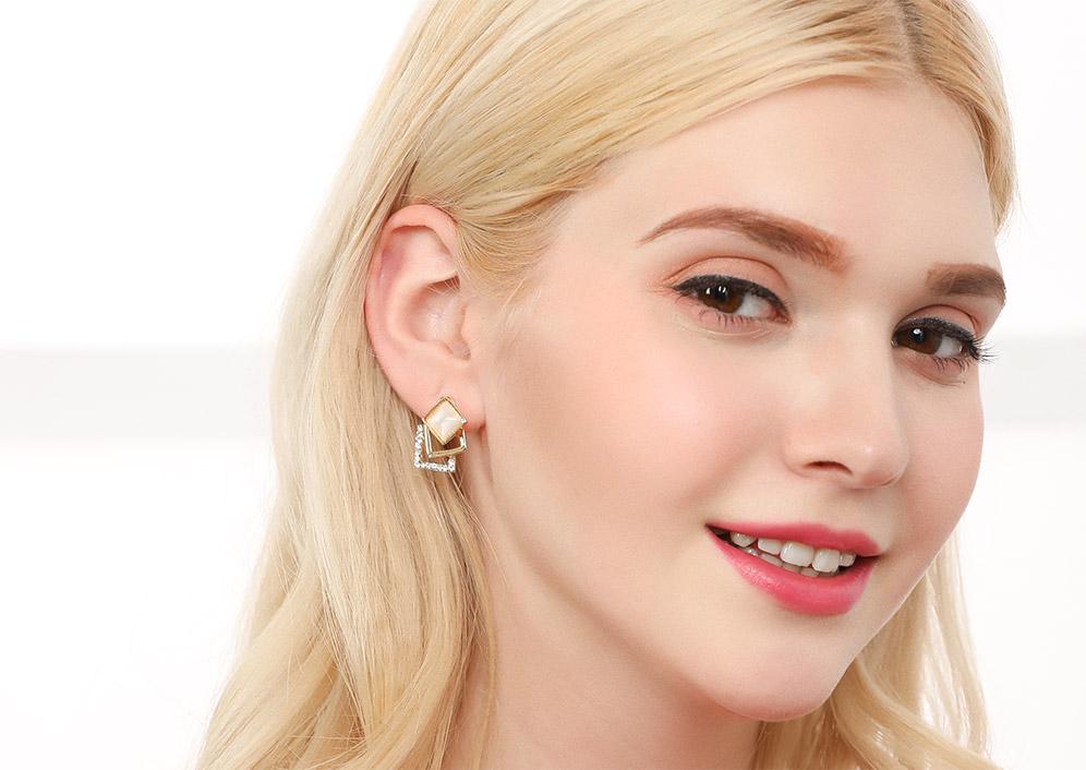 模特兒展示: 優雅氣質,貓眼石潔白耀眼,幾何菱形造型,創新的貼式耳環設計讓您貼著就走,不用穿耳洞也可以免除長時間配戴耳夾/夾式耳環的不舒適感。