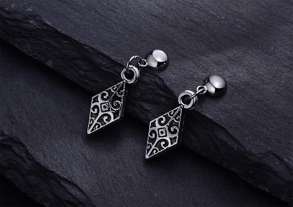 韓版復古雕紋菱形 耳針/黏式耳環,桌上展示。